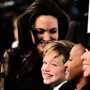 Mit ihren Kindern Shiloh (M.) und Zahara (2.v.r.) hat Hollywoodstar Angelina Jolie in New York Spaß am roten Teppich bei den National Board of Review Awards.