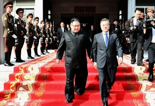 Kim Jong Un (links) und Moon Jae In