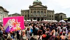 Demonstrantinnen vor dem Bundeshaus in Bern