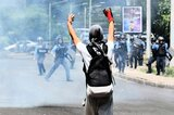 Demonstrant und Polizisten in Tegucigalpa