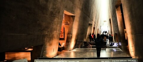 Besucher in Yad Vashem in Jerusalem