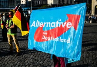 Demonstrant mit AfD-Fahne