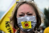 Demonstrantin mit Maske