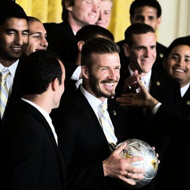 US-Prsident Barack Obama hat Fuballstar David Beckham mit dessen Alter aufgezogen. Bei einem Empfang von Beckhams Mannschaft Los Angeles Galaxy im Weien Haus empfing Obama den 37-Jhrigen als &quot;junges Gemse&quot; der Mannschaft. Zudem nahm er den Briten auch wegen dessen Dessous-Kollektion auf die Schippe: &quot;Es gibt nur selten Mnner, die hart auf dem Spielfeld sein und gleichzeitig eine eigene Unterwsche-Linie haben knnen. David Beckham ist so ein Mann.&quot;