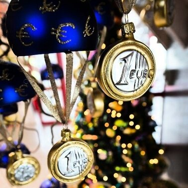 Christbaum-Schmuck in Form eines Euro-Rettungsschirmes hngt im Showroom eines Herstellers in Neustadt bei Coburg (Oberfranken). Bis Weihnachten drfte die Euro-Krise kaum ausgestanden sein. Den passenden Christbaum-Schmuck zur Sorge um die europische Gemeinschaftswhrung gibt es schon jetzt zu kaufen.