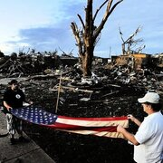 Die Aufrumarbeien in Moore im US-Staat Oklahoma sind im Gange. Immer wieder finden die Bewohner Dinge im Schutt, die der Tornado verschonte - wie etwa diese US-Flagge.