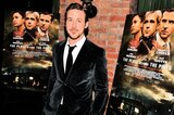 "Gosling vor Filmplakaten zu ""The Place Beyond the Pines"""
